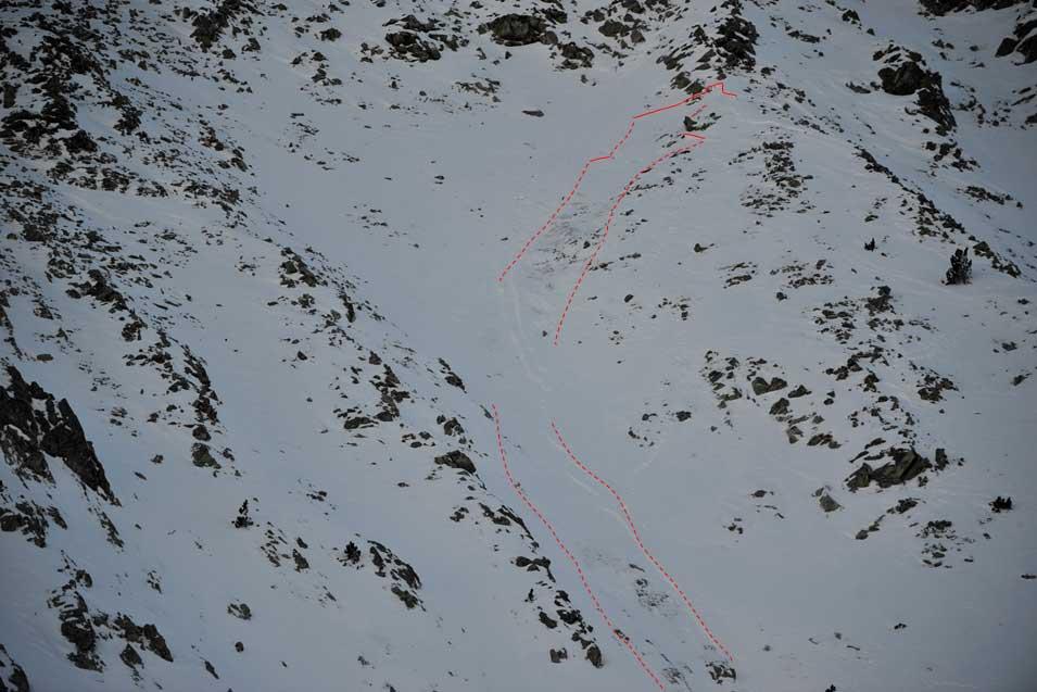 Imatge on es mostra la zona de sortida de l'allau, just a sota del ressalt rocós, així com la seva zona de trajecte entrant dins la Canal Oriental del Gra de Fajol Petit. (Fotografia: Mossos d'Esquadra)