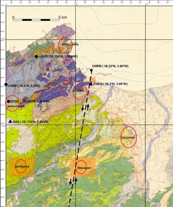 Figura 3. Mapa geològic 1:50.000 (Service Géologique du Maroc, 1984). Els punts negres representen les posicions de les diferents localitzacions del terratrèmol principal donades per diferents centres. En triangles blaus els emplaçaments dels accelerògrafs. En cercles vermells les zones on s'han fet observacions als edificis i en quadres taronges les zones on s'han fet observacions de camp. En ratlla discontinua negra s'ha dibuixat el possible traçat de la falla.