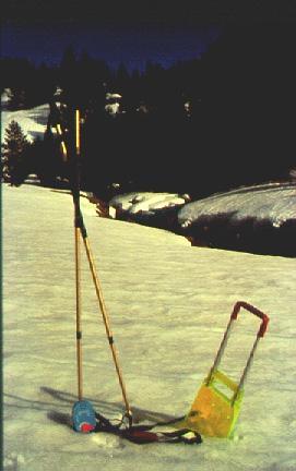 Material bàsic de seguretat. A l'hora de sortir a l'hivern a la muntanya heu de portar sempre un ARVA, una pala i uns bastons sonda. Recorda que la vida del teu company pot estar a les teves mans. (Foto: Carles García)