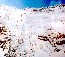 Zona de sortida de l'allau. La línia contínua indica la cicatriu i la línia discontínua indica el recorregut. (Foto: Jordi Gavaldà)