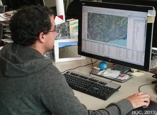 Un expert en sòls treballant amb un sistema d'informació geogràfica.