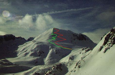 """Abans de creuar una gran pala o vessant obert fent grans diagonals (itinerari vermell) és preferible fer l'ascensió per un lateral (itinerari verd) el més directe possible fent petits """"zig-zags"""" i si és necessari ens treurem els esquís (tram final de la línea verda). (Foto: Pere Oller)"""