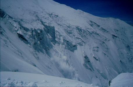 Allau de neu pols, cara nord de l'Everest.  (Foto: Albert Castellet)