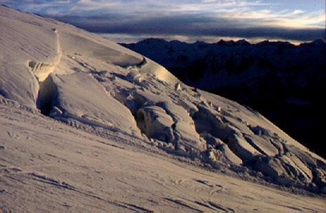 Cicatriu i dipòsit d'una placa de vent. Observeu que el dipòsit està format per grans blocs de neu d'alta cohesió. (Foto: Joan Manuel Vilaplana)