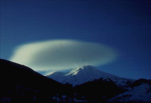 La formació d'altocumuls lenticulars és deguda a vent fort a cotes altes. El vent moderat i fort dóna lloc al transport de la neu i a la formació de plaques de vent. Val d'Aran. (Foto: Jordi Gavaldà)