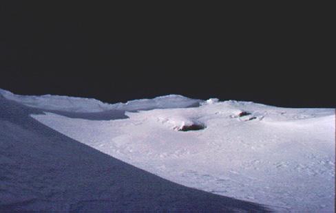 Cornisa. Les cornises solen indicar la presència d'una placa de vent vessant avall. (Foto: Joaquim Merlos)