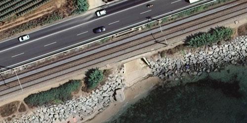 Imatge aèria d'una zona costanera amb infraestructures viàries.