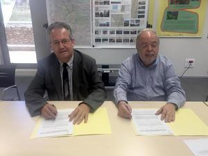 Foto de la signatura (a la dreta, Jaume Miranda; a l'esquerra, Joan Ubach)