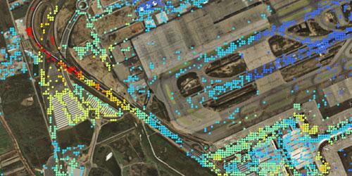 Imatge aèria d'una zona aeroportuària amb la xarxa de punts de control de deformacions verticals del terreny.